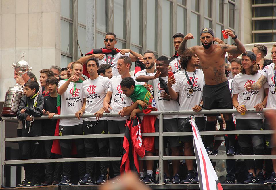 Mar vermelho! Flamengo comemora título da Libertadores com a torcida